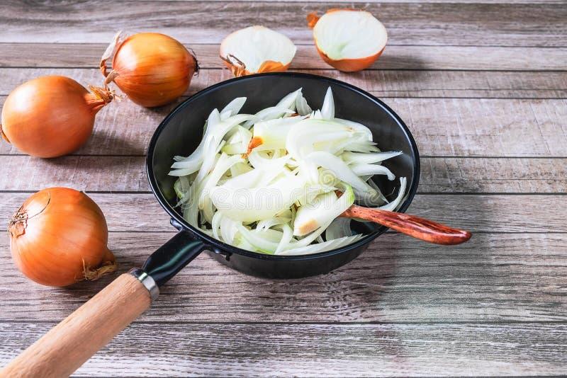 Cozinhe a cebola na bandeja na cozinha imagem de stock