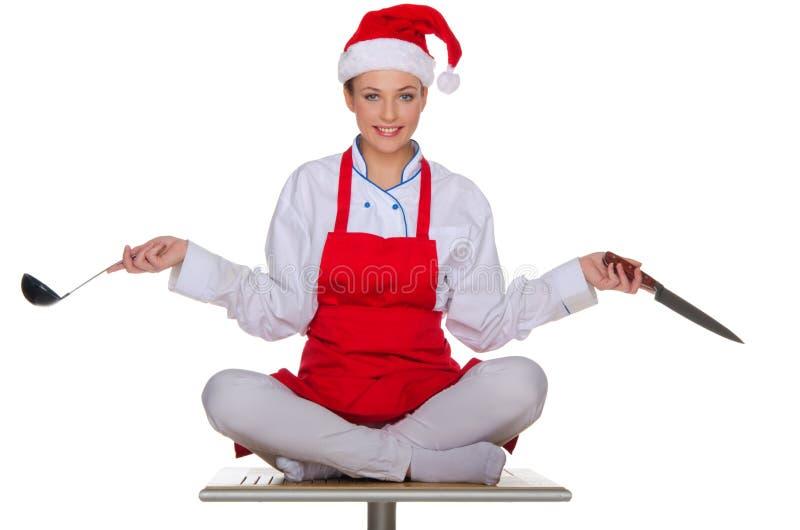 Cozinhe com os pratos no tampão de Santa Claus imagem de stock royalty free