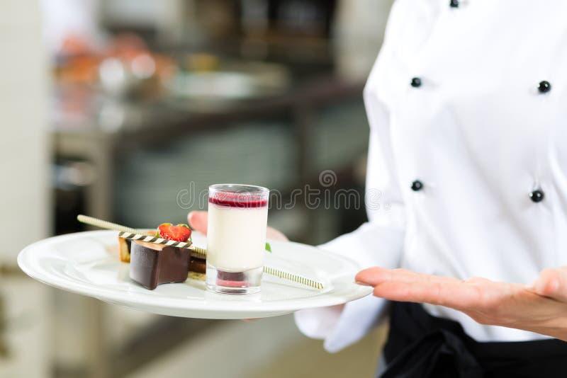 Cozinhe, cozinheiro chefe de pastelaria, no hotel ou na cozinha do restaurante imagens de stock