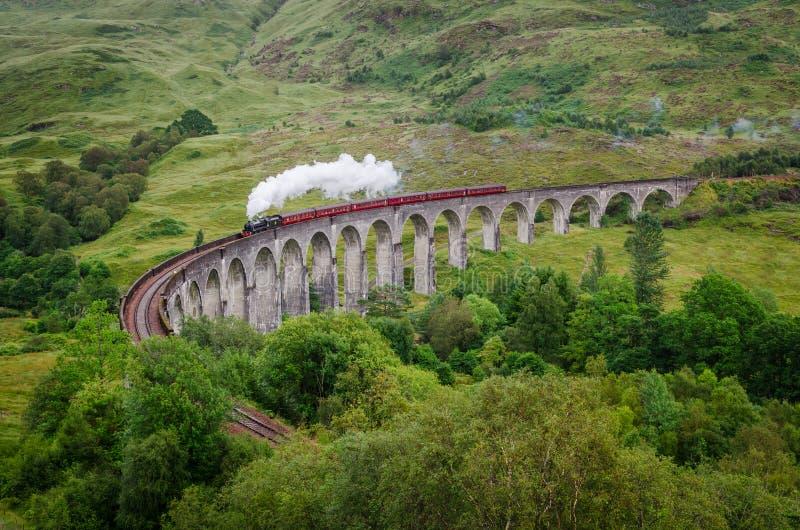Cozinhe o trem em um viaduto famoso de Glenfinnan, Escócia imagens de stock royalty free