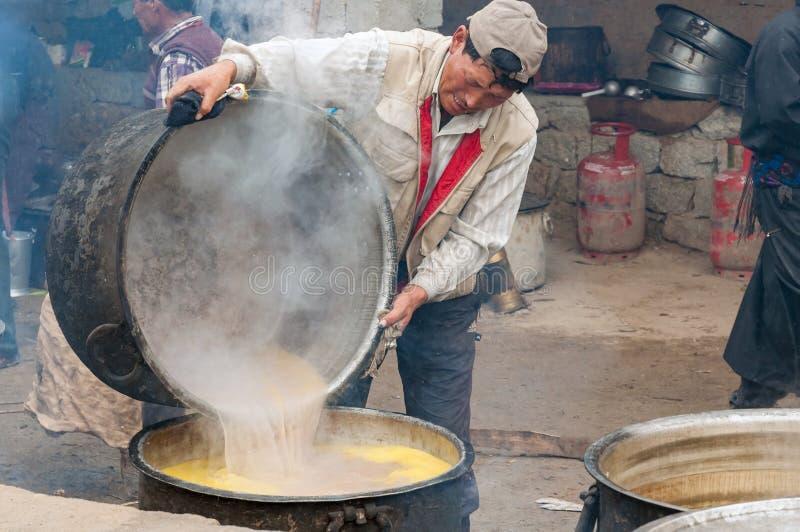 Cozinhe a preparação do chá indiano da manteiga para a cerimônia budista no monastério foto de stock royalty free