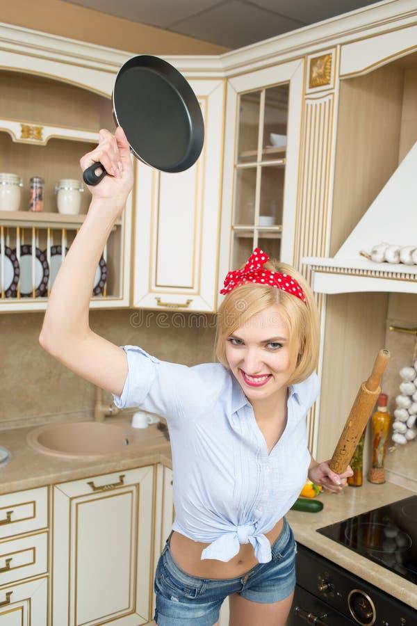 Cozinheiro agressivo em uma bandeja, no fundo do imagens de stock royalty free