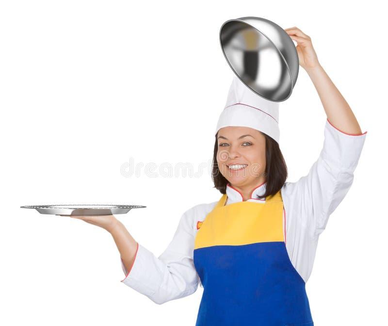 Cozinheiro chefe bonito da jovem mulher com campânula do restaurante imagens de stock royalty free