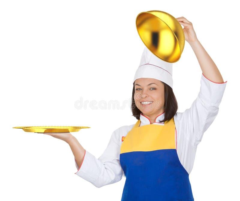 Cozinheiro chefe bonito da jovem mulher com a campânula dourada do restaurante imagens de stock royalty free
