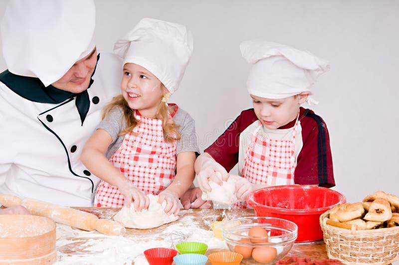 Cozinheiro chefe com crianças imagens de stock royalty free