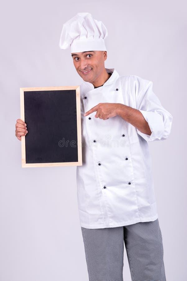 Cozinheiro chefe com menu do ` s do dia fotografia de stock