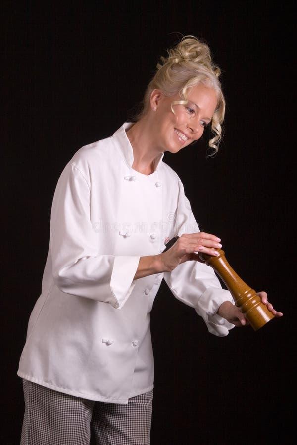 Cozinheiro chefe com moinho de pimenta imagens de stock