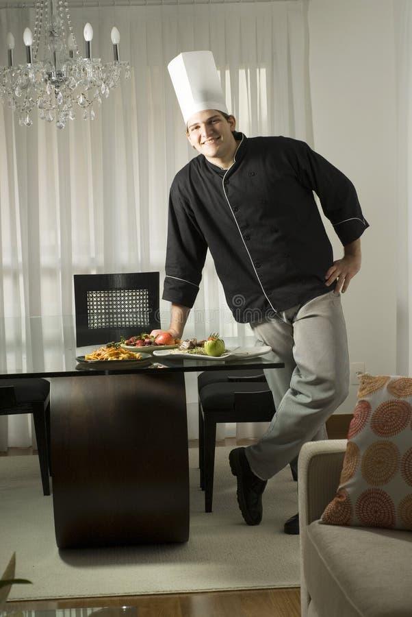 Cozinheiro chefe com refeição foto de stock royalty free
