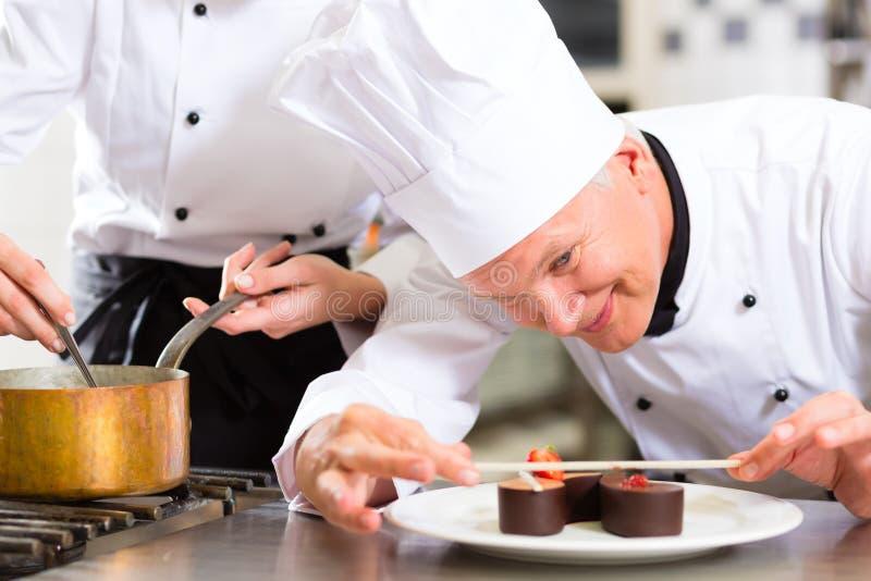 Cozinheiro chefe como Patissier que cozinha na sobremesa do restaurante fotografia de stock royalty free