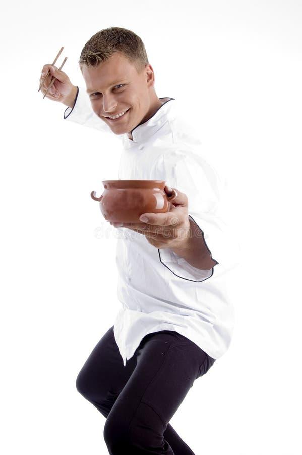 Cozinheiro chefe considerável que levanta com utensílios foto de stock royalty free