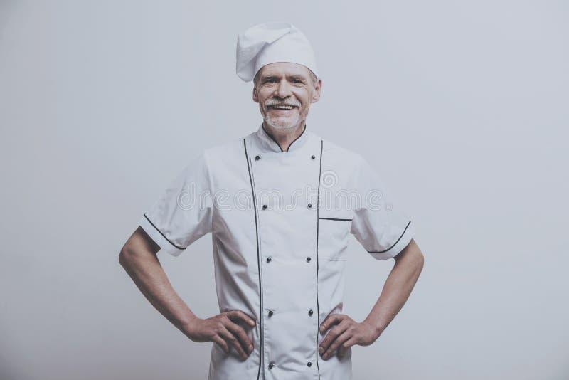 Cozinheiro chefe Cooker com mãos na correia fotos de stock