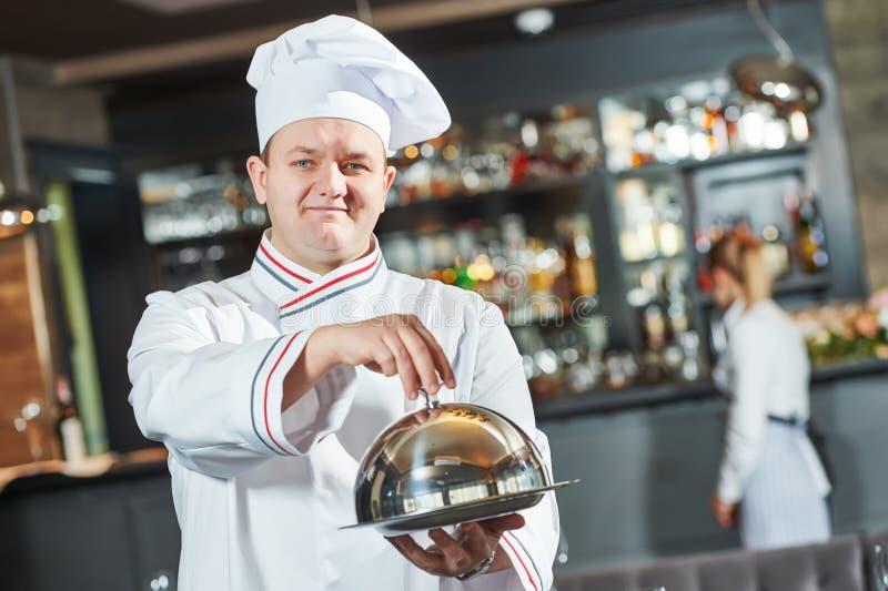 Cozinheiro chefe do cozinheiro no restaurante imagem de stock