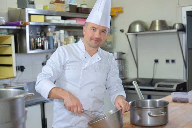 Cozinheiro chefe do retrato que usa o batedor de ovos imagem de stock royalty free