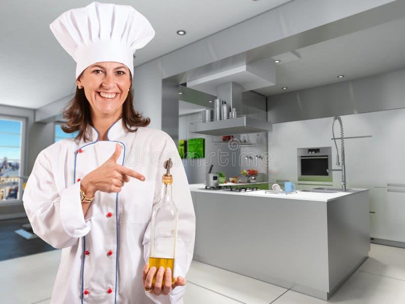 Cozinheiro chefe fêmea de sorriso em uma cozinha industrial fresca fotos de stock royalty free