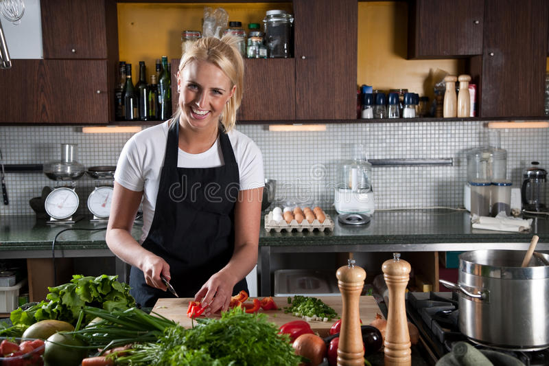 Cozinheiro chefe fêmea feliz na cozinha foto de stock royalty free
