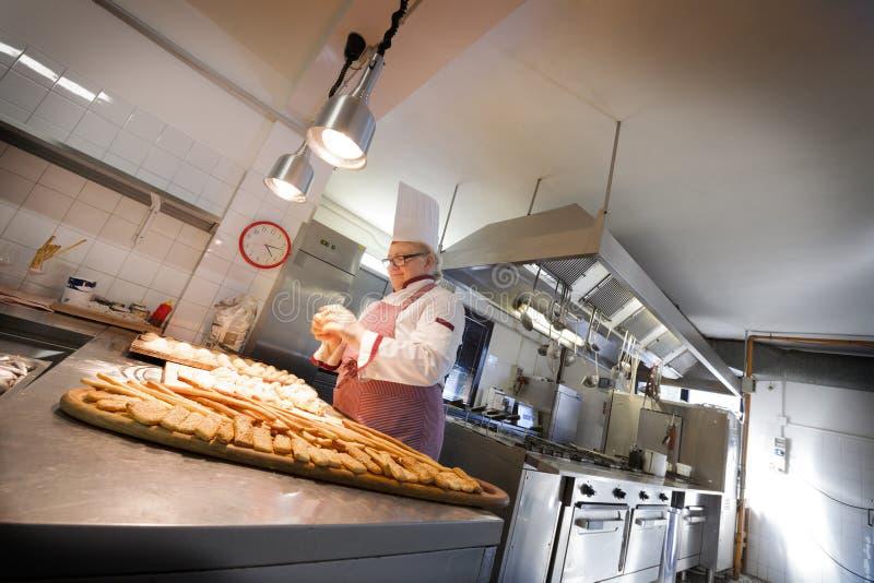 Cozinheiro chefe fêmea Kneading Dough fotografia de stock