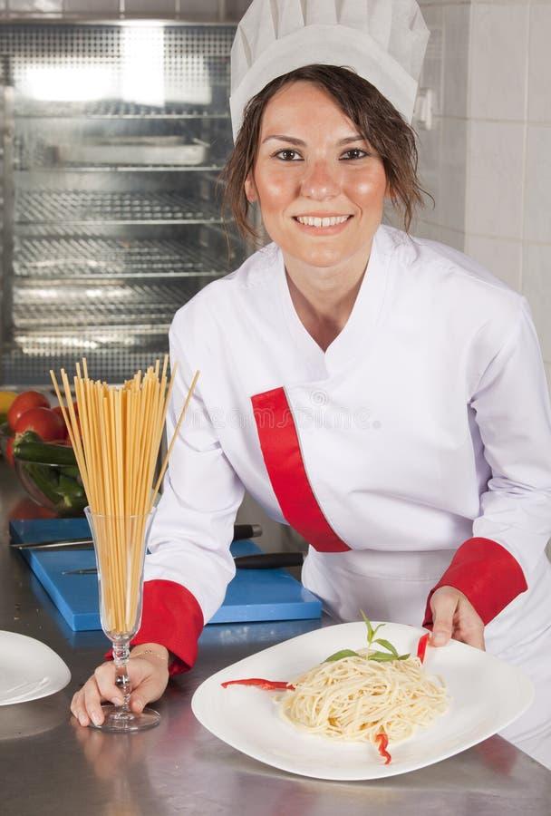 Cozinheiro chefe fêmea na cozinha fotos de stock royalty free