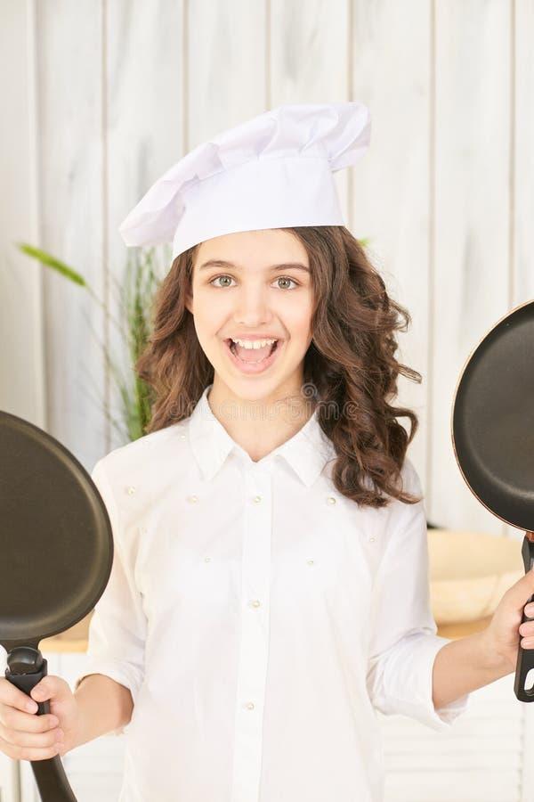 Cozinheiro chefe fêmea novo com duas bandejas imagem de stock royalty free