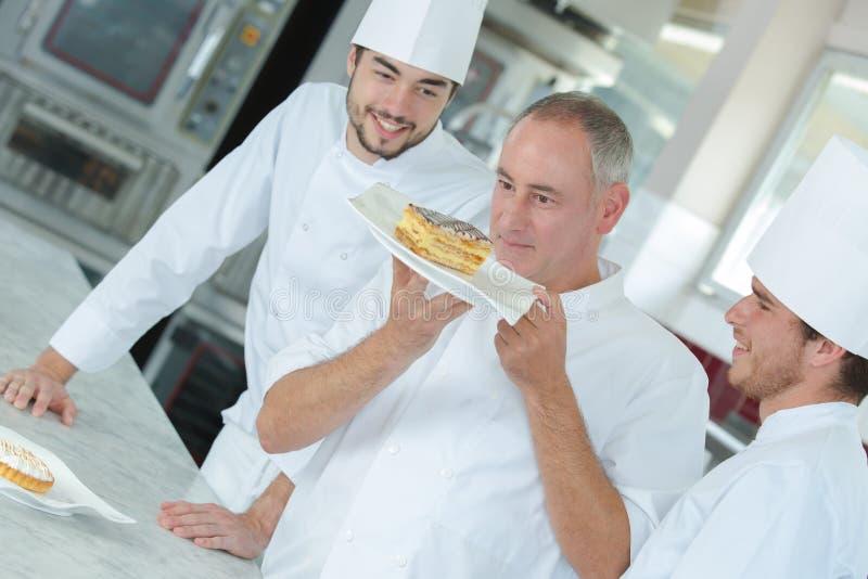 Cozinheiro chefe feliz que olha acima o prato fotografia de stock