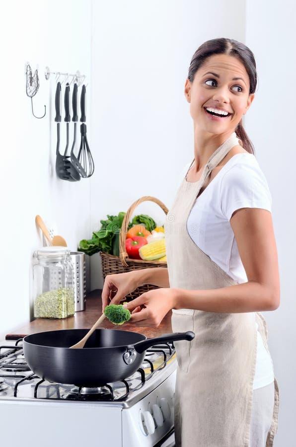 Cozinheiro chefe home que cozinha na cozinha fotografia de stock royalty free