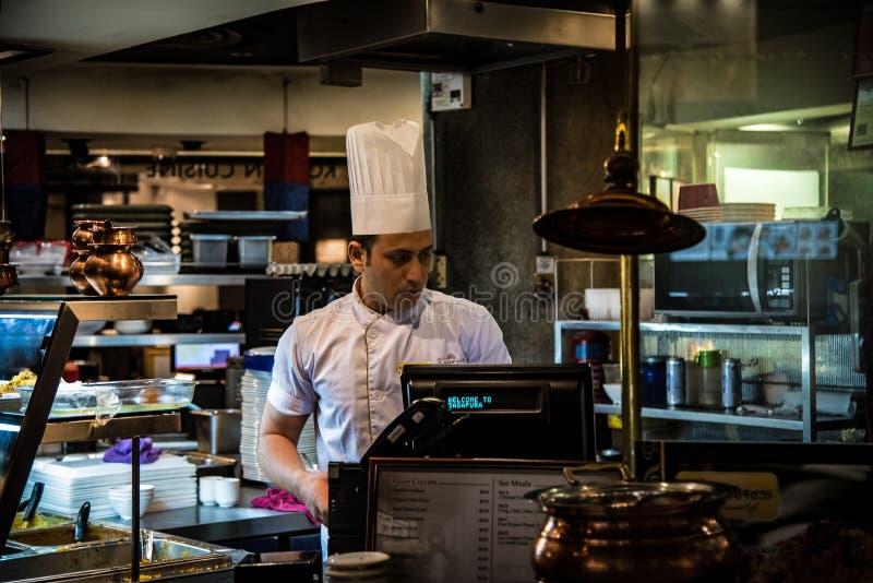 Cozinheiro chefe indiano In Food Court fotos de stock royalty free