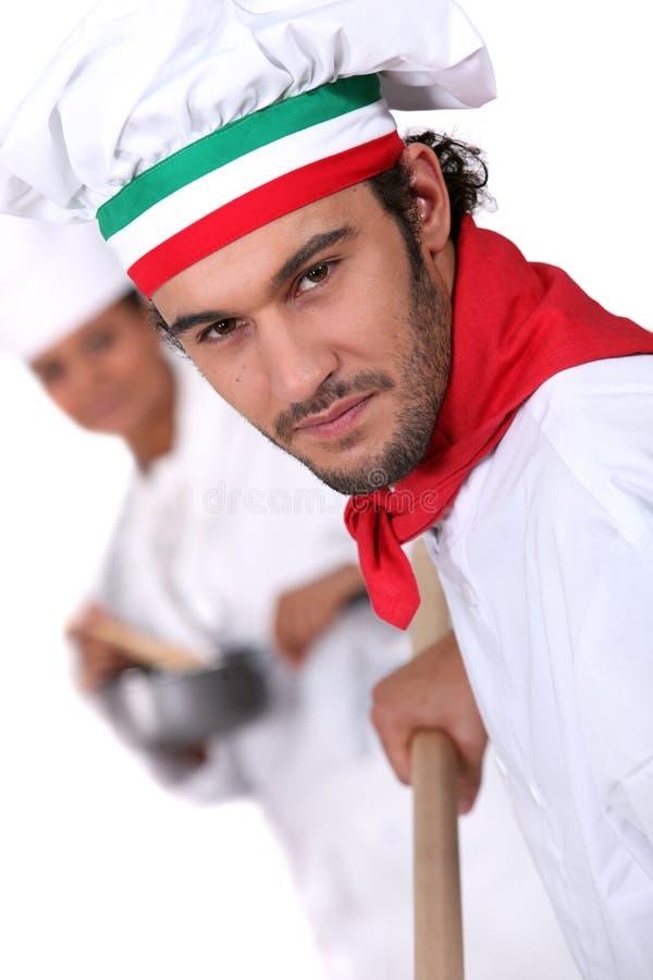 Cozinheiro chefe italiano da pizza imagem de stock royalty free