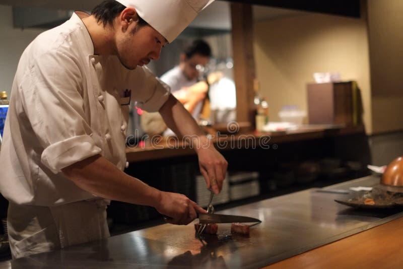 Cozinheiro chefe japonês que prepara a carne de Kobe