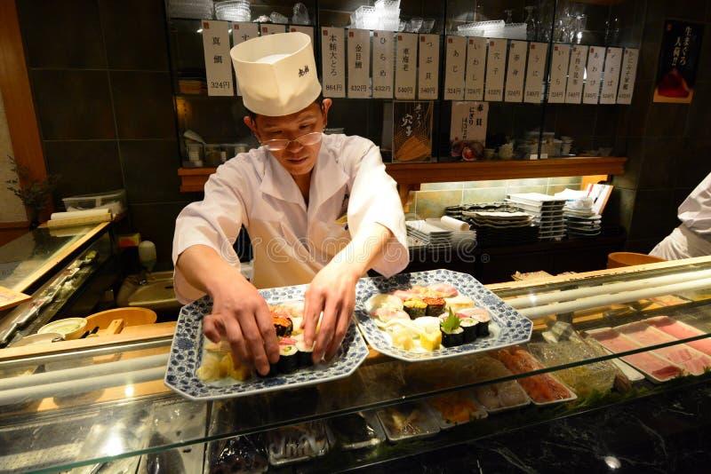 Cozinheiro chefe japonês que prepara uma placa do sushi Shibuya Tóquio japão fotos de stock royalty free