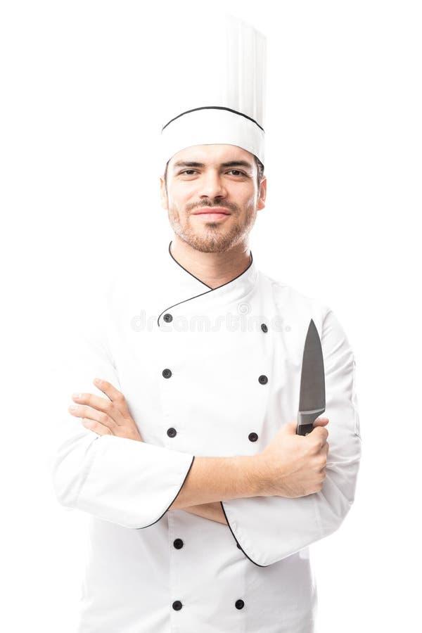 Cozinheiro chefe latino novo com uma faca foto de stock