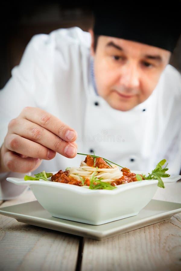 Cozinheiro chefe masculino no restaurante imagens de stock royalty free