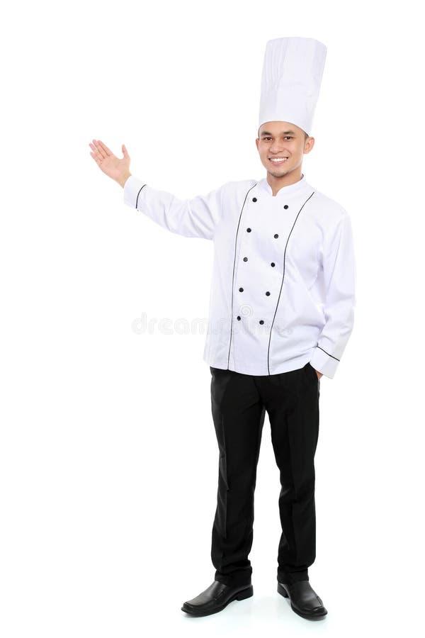 Cozinheiro chefe masculino que sorri apresentando o espaço vazio imagem de stock royalty free