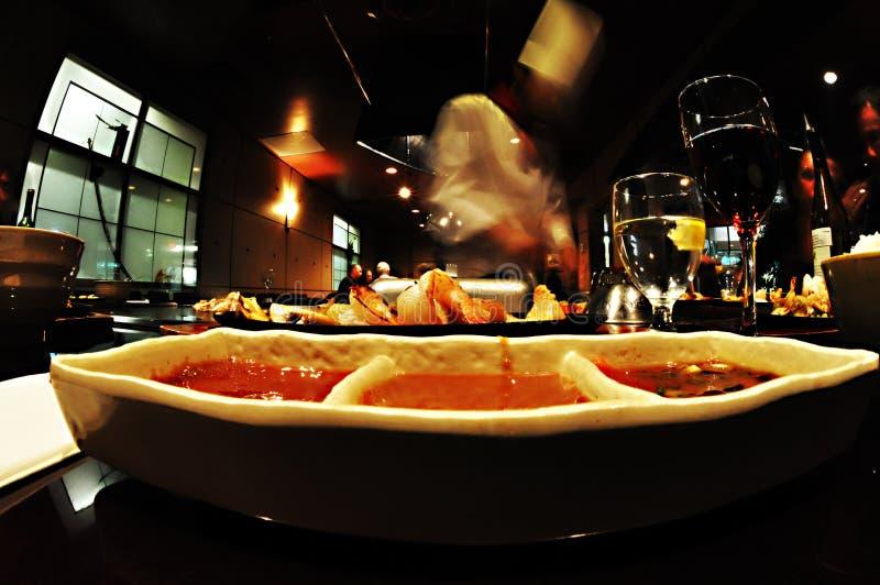 Cozinheiro chefe, molhos e vinhos no restaurante japonês da grade, Whister, Fisheye fotos de stock royalty free