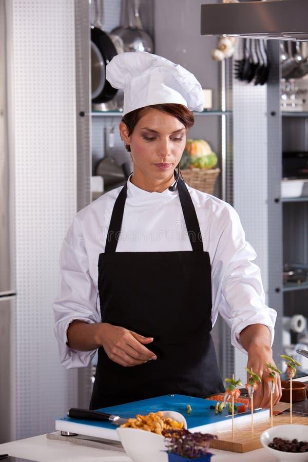 Cozinheiro chefe na cozinha imagem de stock
