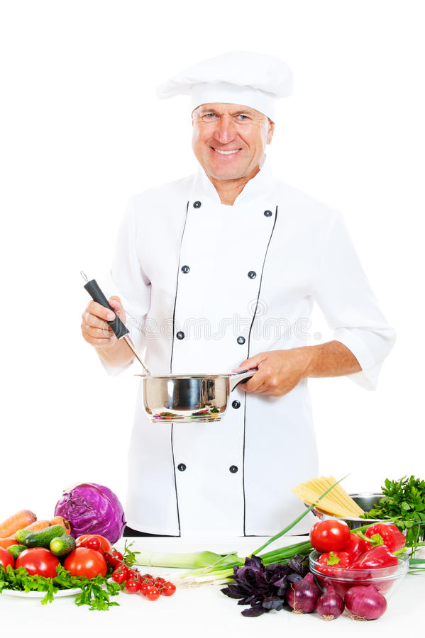 Cozinheiro chefe no potenciômetro e na colher uniformes da terra arrendada fotos de stock royalty free