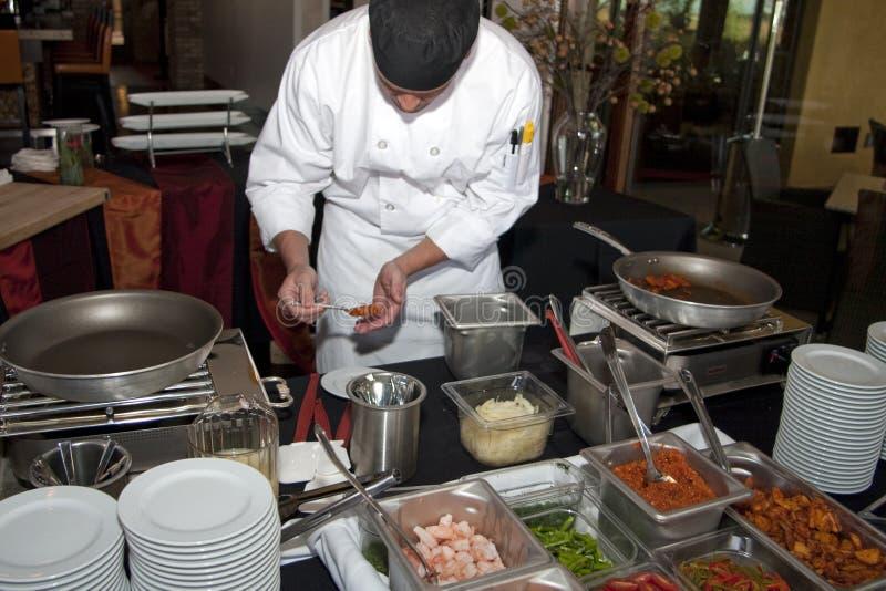 Cozinheiro chefe no trabalho durante a semana do restaurante fotografia de stock royalty free
