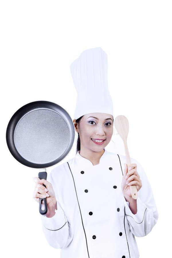 Cozinheiro chefe bonito com a caçarola no branco foto de stock royalty free