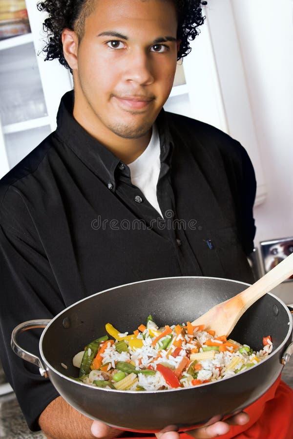 Cozinheiro chefe novo com wok imagens de stock royalty free