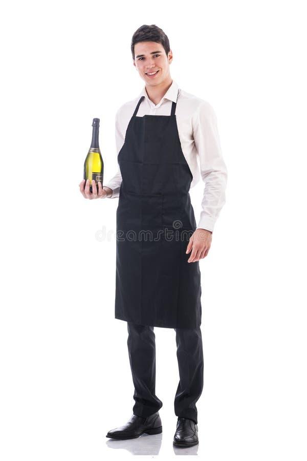 Cozinheiro chefe ou garçom novo que guardam o champanhe verde imagens de stock royalty free
