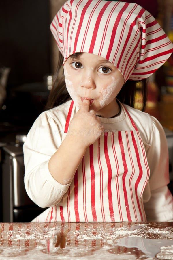 Cozinheiro chefe pequeno na cozinha imagem de stock