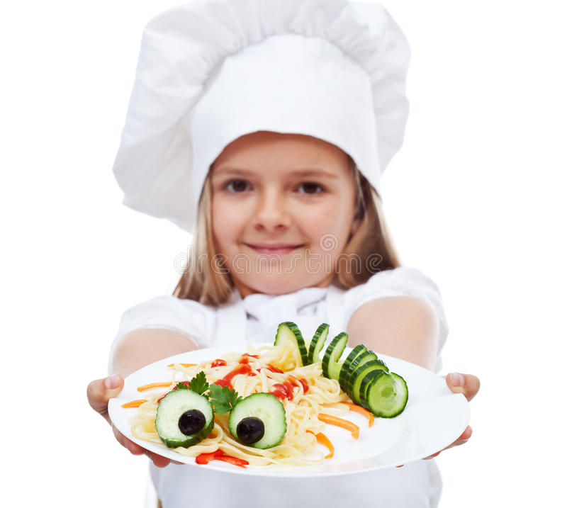 Cozinheiro chefe pequeno que apresenta uma placa da massa foto de stock