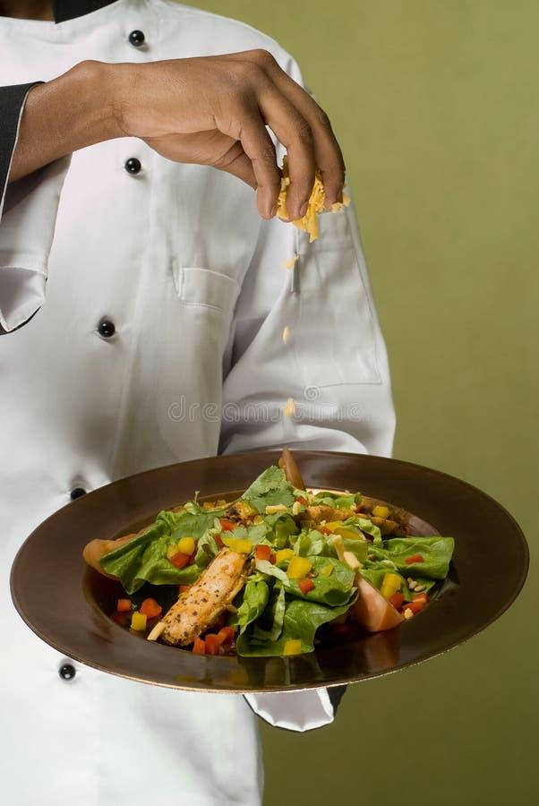 Cozinheiro chefe que apresenta a salada saudável da galinha imagem de stock royalty free