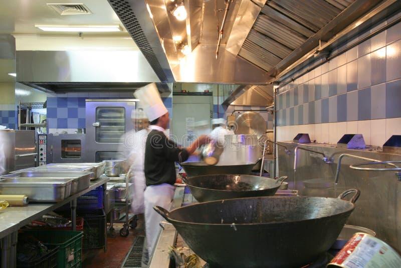 Cozinheiro chefe que cozinha na cozinha imagens de stock royalty free
