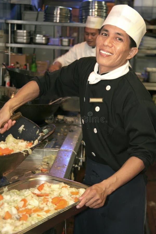 cozinheiro chefe que cozinha na cozinha   imagens de stock