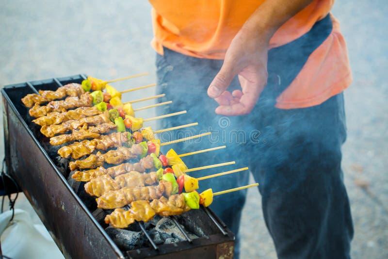 cozinheiro chefe que cozinha no bufete do jantar do assado Alimento da rua da grade do assado em Tailândia fotografia de stock royalty free