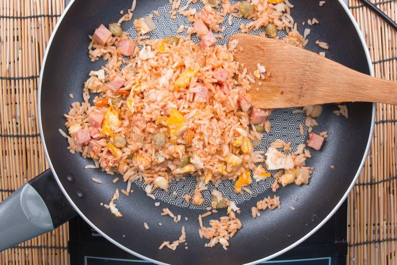 Cozinheiro chefe que cozinha o arroz fritado imagens de stock