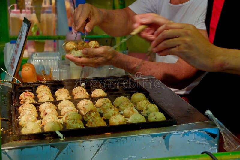 Cozinheiro chefe que cozinha o takoyaki japonês imagem de stock royalty free