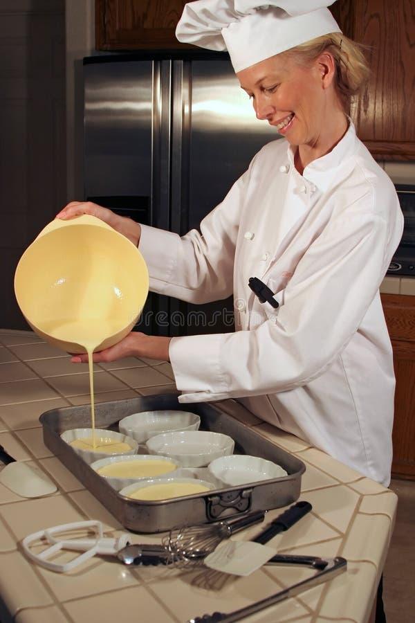Cozinheiro chefe que derrama Brule fotografia de stock