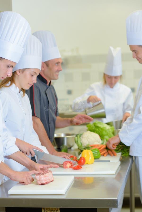 Cozinheiro chefe que fala aos estudantes imagem de stock royalty free