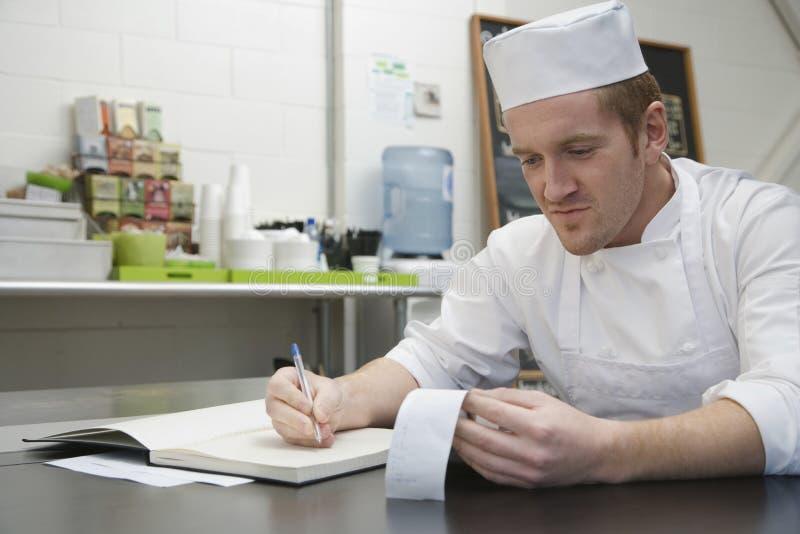 Cozinheiro chefe que faz contas foto de stock royalty free