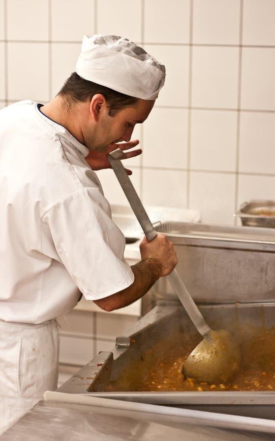 Cozinheiro chefe que faz o gulash imagens de stock royalty free